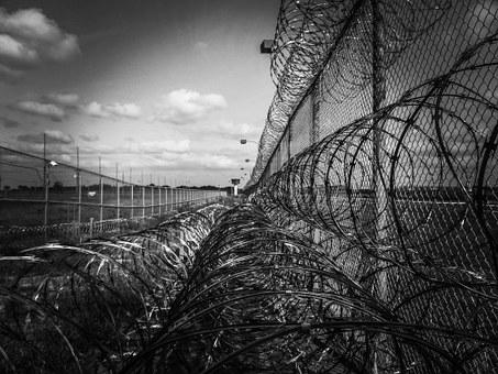 Qui est Emmanuel Macron ? - Page 20 Prison-fence-219264__340-8567c
