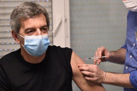 Michel Cymes prend sa retraite de médecin et remplace définitivement le stéthoscope par la télé