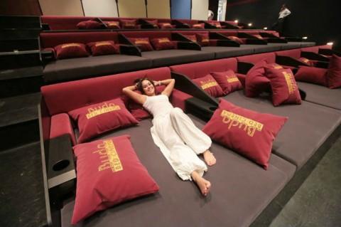 le premier cin ma en europe equip avec des lits ouvre ses. Black Bedroom Furniture Sets. Home Design Ideas