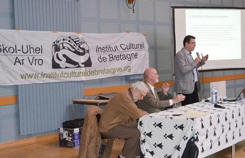 Lorant Vincze, « le secrétaire international du parti des Hongrois de Roumanie devant l'assemblée générale de l'Institut culturel de Bretagne, le 6-4-2013, à Ploemeur. »