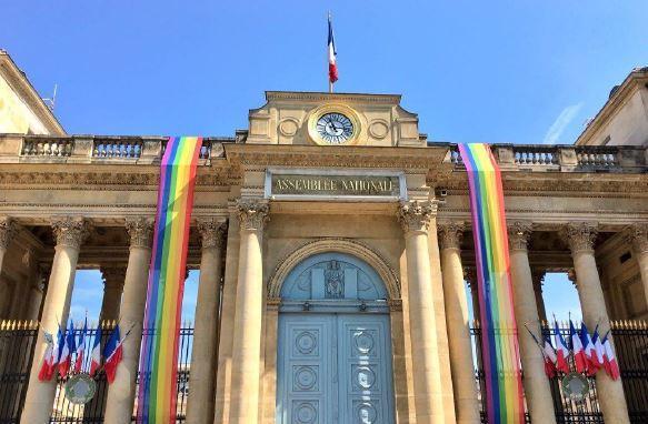 La France République indivisible, laïque, démocratique et sociale: constitution de 1958 donc qui ne reconnaît pas les communautés. Ah Bon! dans Non classé 20180630PHOWWW00051-d47d0