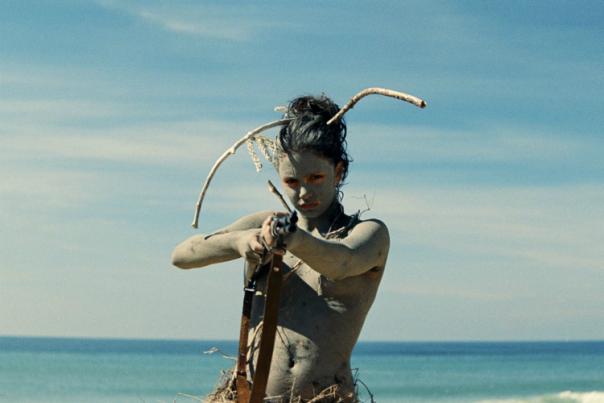 filles de l'adolescence sur la plage nue