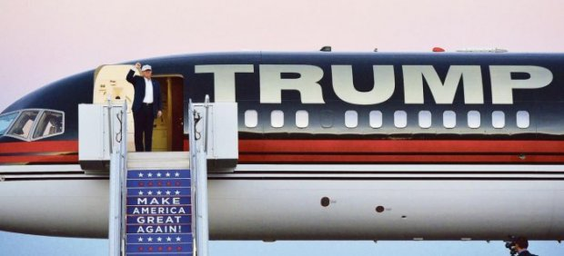 Illustration FIGARO PREMIUM Donald Trump s'apprête à descendre de son Boeing privé pour aller tenir un meeting à Colorado Springs, samedi. Crédits photo : MANUEL NGAN/AFP {JPEG}