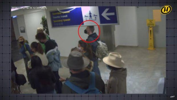Roman Protassevich ve frontě na letišti v Minsku - Bělorusko